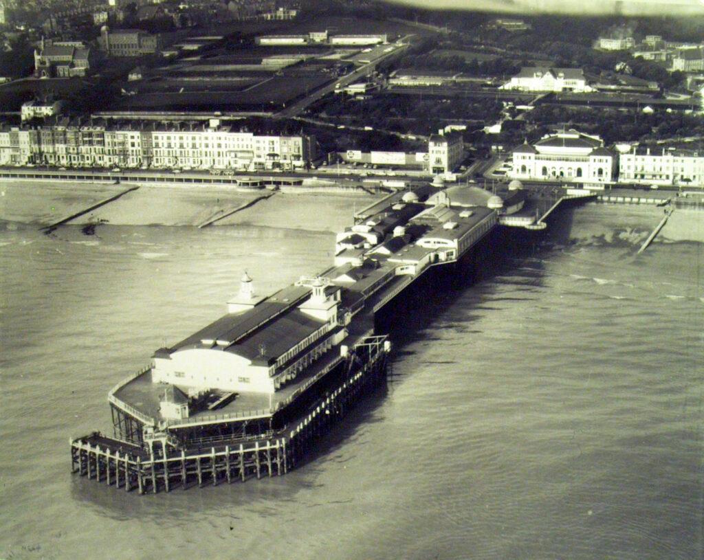 1971 Hastings pier aerial view, Aerofilms & Aero Pictorial Ltd